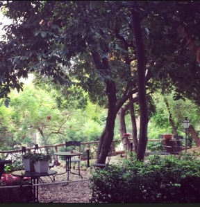 Cosy garden in boutique hotel Villa Mangili in Rome.
